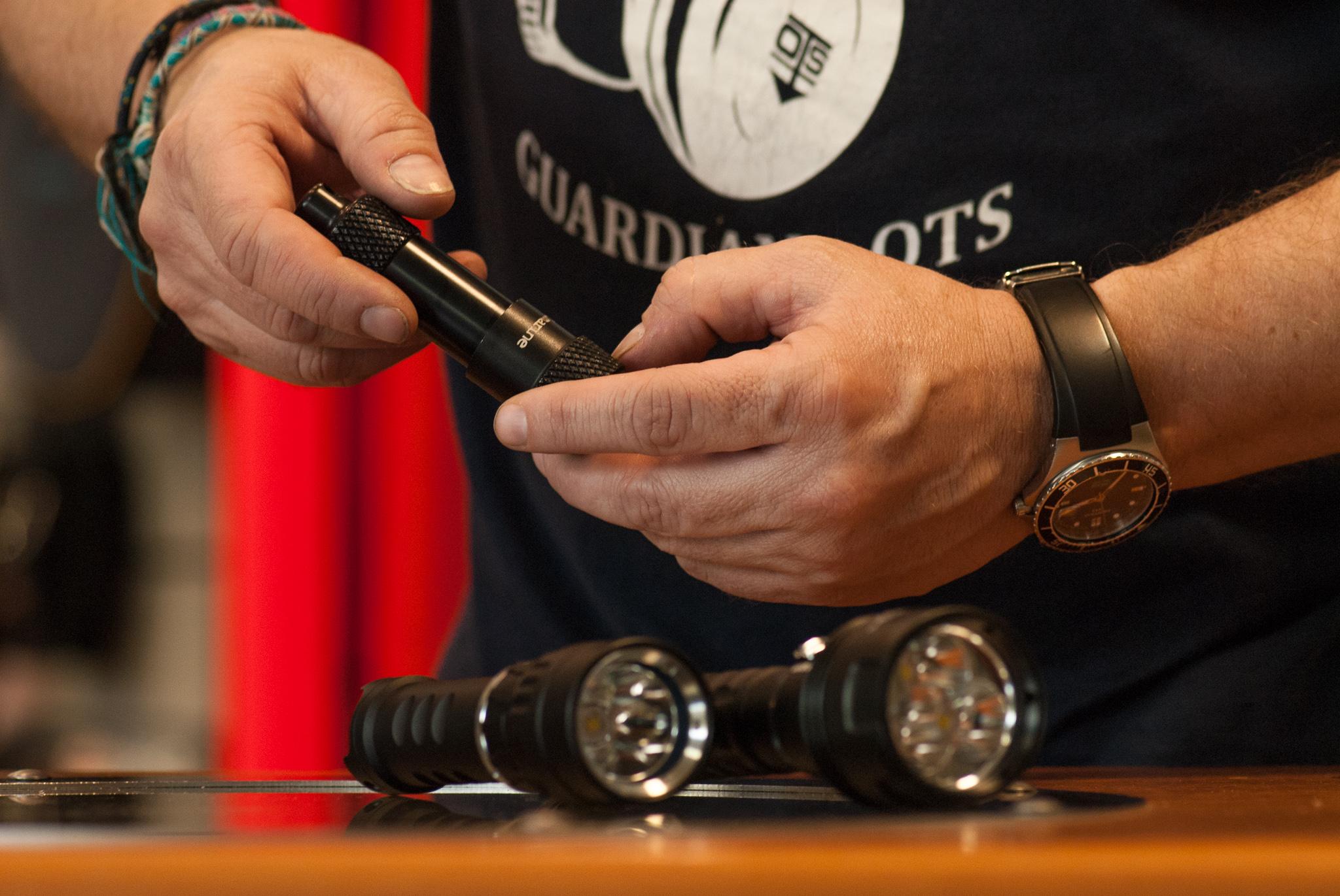 Akcesoria nurkowe: nóż, bojka, kompas, latarka, tabliczka -